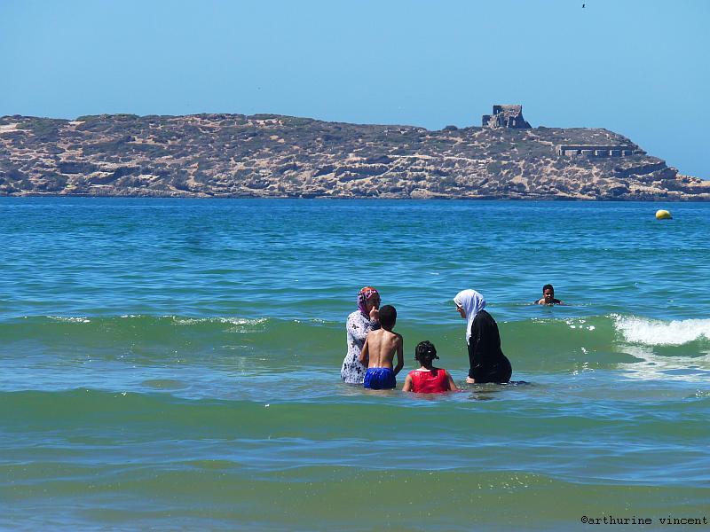 Femmes se baignant entièrement vêtues (Essaouira, Maroc)