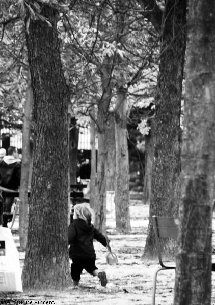 Petite fille jouant au Jardin du Luxembroug
