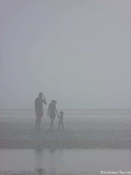 Couple et enfant dans la brume de mer