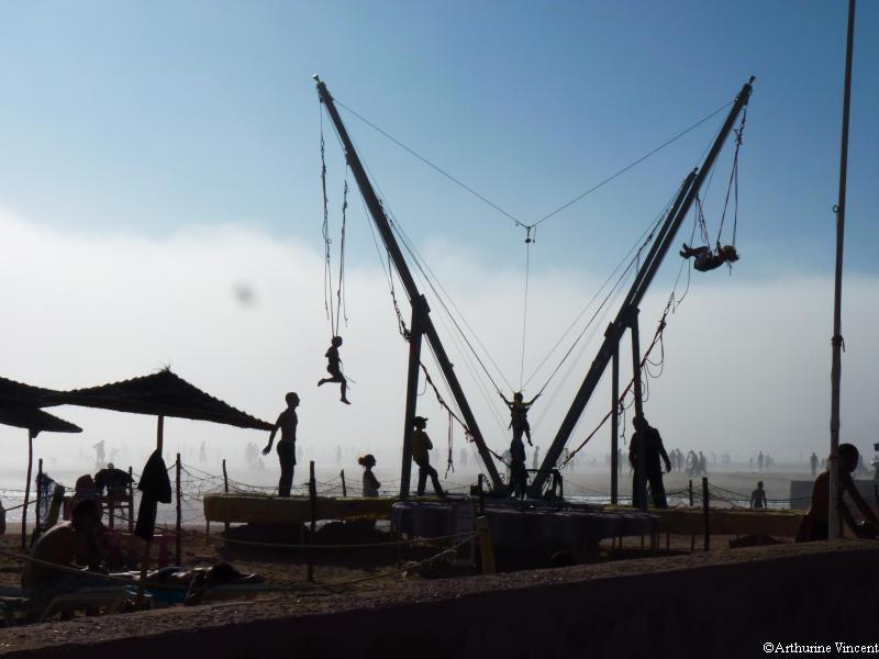 Trampoline dans la brume de mer