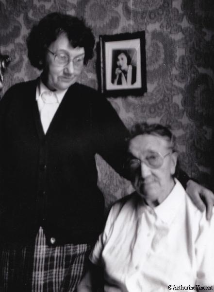 Aïeules-ma grand-mère et mon-arrière-grand-mère… au centre une photo de l'une d'entre elles jeune mais on ne sait même plus si c'est l'une ou l'autre…