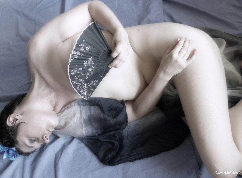 Autoportrait couché à l'éventail